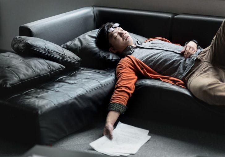眠っている男性