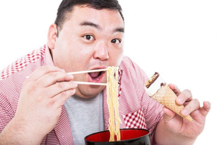 大食いをする肥満の男性