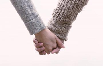手をつないでいるカップル