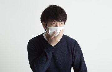 風邪をひいている男性